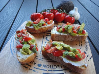 Avocado-Tomaten-Bruschetta