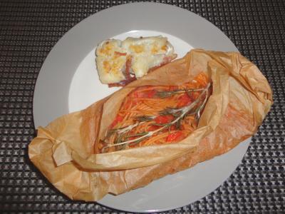 Saltimbocca vom Pangasius auf scharfen Spaghetti im Pergament